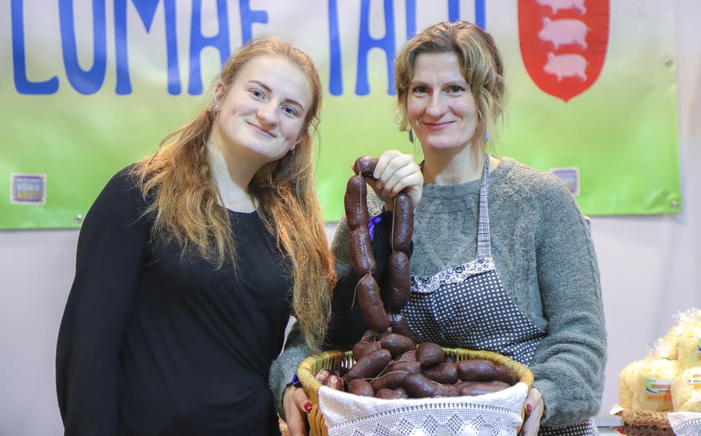 028cff9ec91 Ilumäe talu perenaised Elisabeth ja Jaana oma hitttoodet verivorsti  tutvustamas. FOTOD: Aigar Nagel